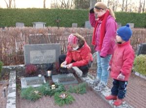 Malin, Sarah och Hugo vid familjegraven i Uppsala, okt. -08