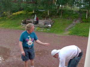 Erik och Anders L trotsar regnet och klär sig somrigt inför en grilafton