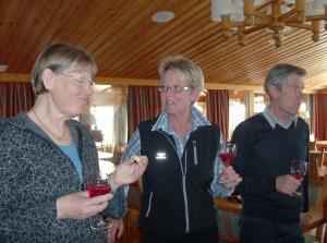 Drink och tilltugg i matsalen, Anne-Marie, Inger och Jan