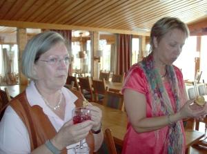 """""""Dans""""-Anne-Marie, pyntdrottningen och Barbara njöt hallondrink med tilltugg"""