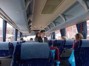 Lasta bussen full nu far vi...