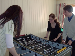 Fotbollsspel med samanbitna deltagare, Beate, Elin och Niclas