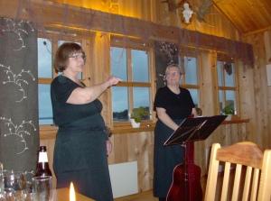 Underhållining av damerna tu, di sjunge och tale på norsk som va sver att ferste. Men glatt va humört på di glae svenskerne så vi lyssne och klappte ändå.