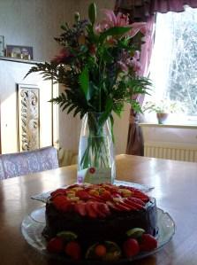 Chokladtårta med jordgubb & födelsedagsbukett
