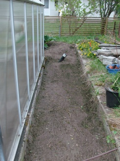 Här ska mer jord på innan jag kan lägga på markduk, sand och plattor