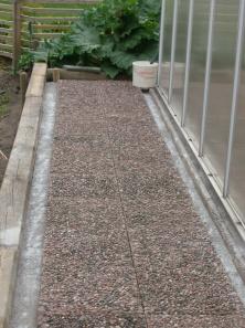 Plattorna längsmed den södra sidan av växthuset blev klara i förrgår
