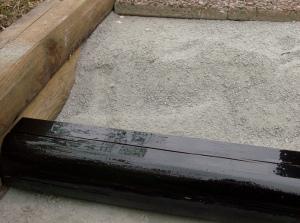 Här ska fyllas i med grus så det kommer i nivå med stocken sdan ska plattorna bara läggas tillrätta