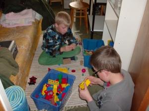 Max och Marcus bygger mekano