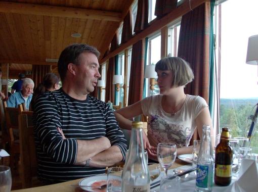 Anders och Matilda konfererar om de kluriga frågorna